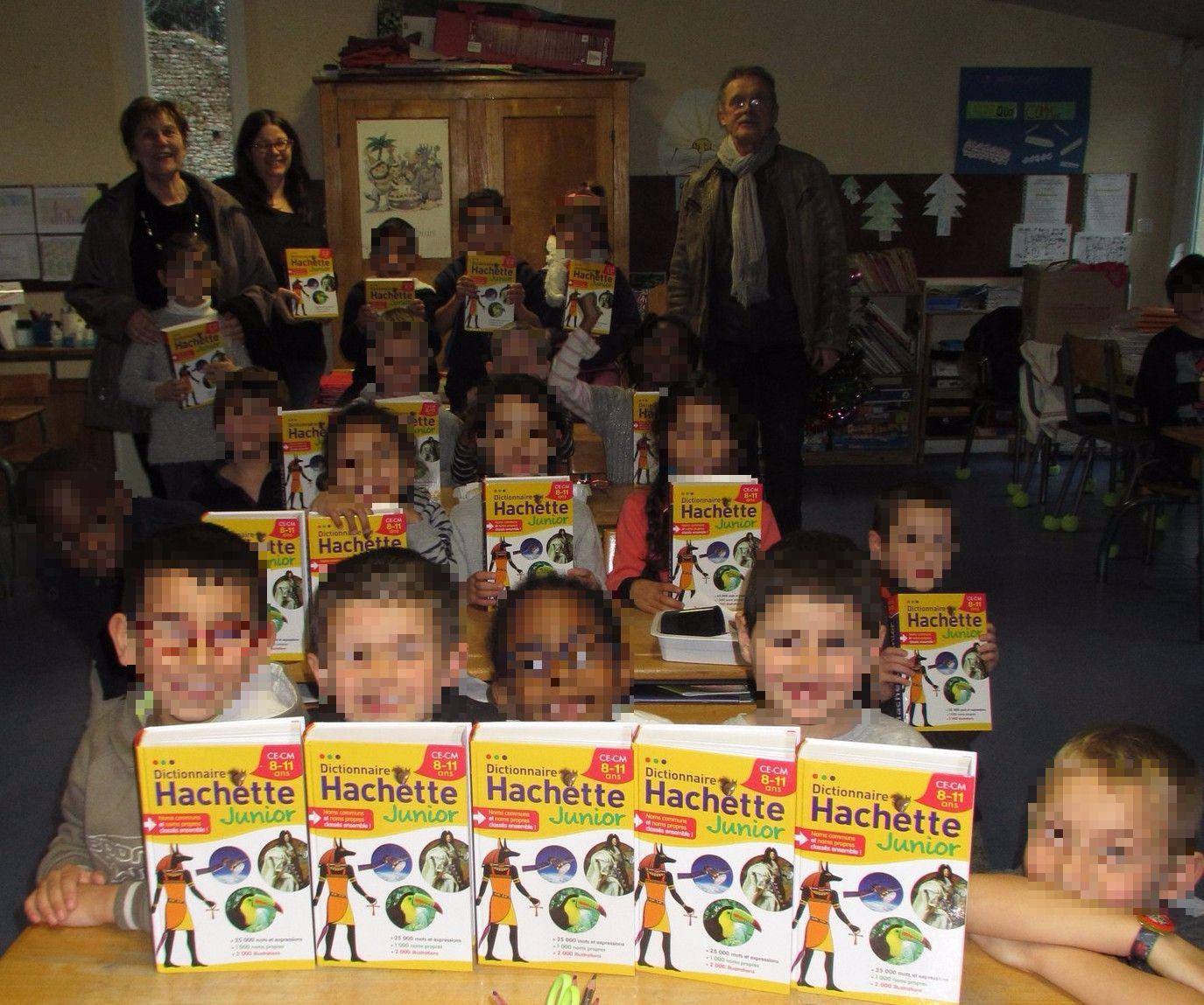 remise de dictionnaires aux élèves de CP de l'école de Brières les Scellés