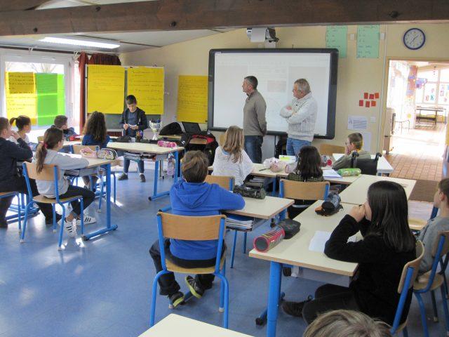 photo de la classe de Brières les Scelles durant la présentation du parlement des enfants